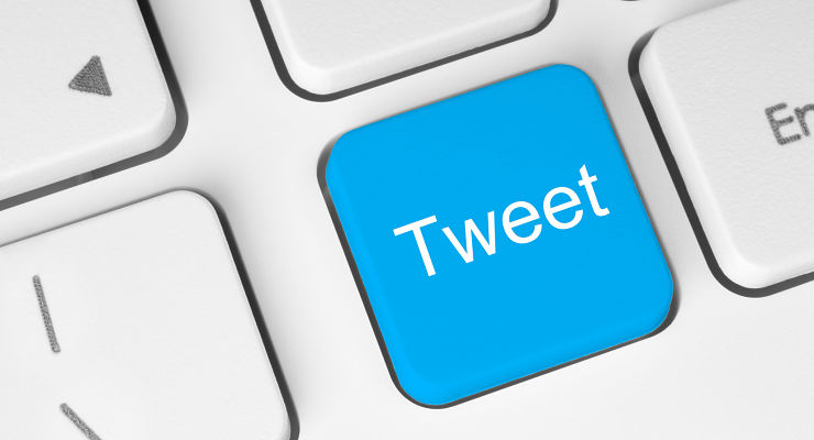 "Une touche bleue sur un clavier d'ordinateur porte la mention ""tweet"""